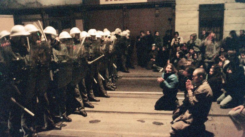 Tí policajti vľavo boli agenti ŠTB a komparz vpravo to vopred nacvičovali